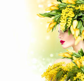 Lato wzorcowa dziewczyna z naturą kwitnie fryzurę Obrazy Stock