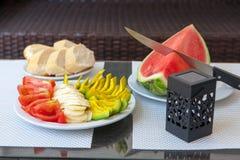 Lato zdrowa przekąska słuzyć na plenerowym ganeczka stole Fotografia Stock