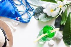 Lato zielonego koloru pojęcie zamrażający napój, błękitnego lampasa bikini Fotografia Royalty Free