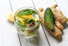 Lato zimny odświeżający zdrowy apetyczny napój z wodą, cytryną, imbirem, nowymi liśćmi i ogórkiem, Obrazy Stock