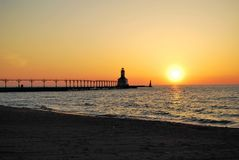 Lato zmierzch blisko latarni morskiej Zdjęcia Royalty Free