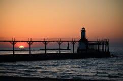 Lato zmierzch blisko latarni morskiej Obrazy Royalty Free