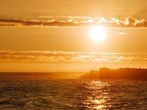Lato zmierzch na oceanie w Portugalia z odbiciami na wodzie zdjęcia royalty free