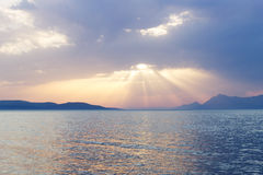 Lato zmierzch nad morzem śródziemnomorskim z Skalistymi wyspami w tle Zdjęcia Royalty Free