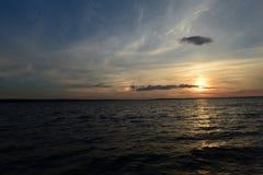 Lato zmierzchu łuna nad jeziorem przez chmury Zdjęcie Royalty Free