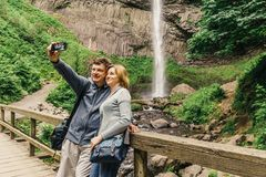 Latourell cai cachoeira ao longo do desfiladeiro do Rio Columbia imagens de stock