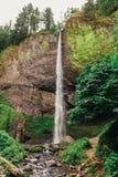 Latourell faller vattenfallet längs den Columbia River klyftan royaltyfri fotografi