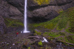 Latourell spadki, Oregon Kolumbia wąwóz Październik 24, 2014 Ludzie fotografuje spadki fotografia stock
