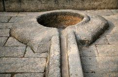 Latrine en pierre primitive Image libre de droits