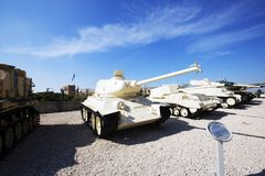 LATRUN, ISRAEL-MARCH 13日2018年:与残破的枪的俄国做的T-34-85坦克在Latrun,以色列 免版税图库摄影