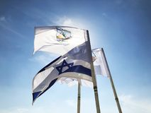 LATRUN, ISRAEL-MARCH 13日2018年:旗子在纪念站点和装甲的军团博物馆在Latrun,以色列 库存照片