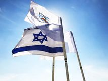 LATRUN, 13 ISRAËL-MAART, 2018: Vlaggen in Herdenkingsplaats en het Gepantserde Korpsenmuseum in Latrun, Israël Stock Foto