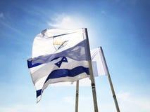 LATRUN, ISRAEL 13. MÄRZ 2018: Flaggen im Erinnerungsstandort und im gepanzerten Korps-Museum in Latrun, Israel Lizenzfreie Stockbilder