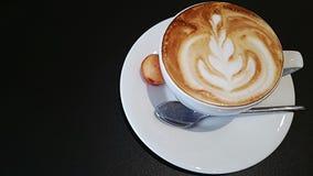 Latté-Kunst-Feindkaffeepause Stockbilder