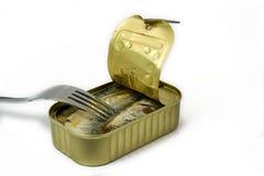 Latta aperta delle sardine con la forcella Fotografia Stock