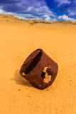 Latta arrugginita rotta sulla sabbia immagini stock