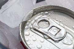 Latta bagnata di soda su ghiaccio Fotografia Stock