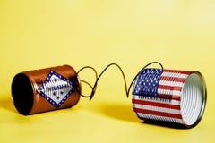 Latta barattolo telefonare con U.S.A. e l'Arkansas U S Bandiere dello stato Concetto di comunicazione fotografia stock