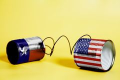 Latta barattolo telefonare con U.S.A. ed il Texas U S Bandiere dello stato Concetto di comunicazione fotografie stock libere da diritti
