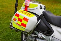 Latta della raccolta di carità sulla motocicletta di consegna di emergenza del sangue Fotografia Stock Libera da Diritti