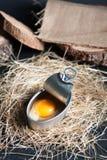 Latta di alluminio con l'interno del tuorlo d'uovo isolato su fondo nero Fotografie Stock