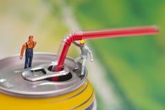 Latta di alluminio con la tirata e la paglia dell'anello Concetto di lavoro di squadra Immagini Stock