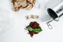 Latta di alluminio e foglia verde sui precedenti bianchi Concetto di Eco Fotografie Stock Libere da Diritti