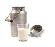 Latta di alluminio e vetro di latte immagine stock libera da diritti
