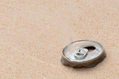 Latta di alluminio - rifiuti sulla spiaggia Fotografie Stock Libere da Diritti