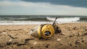 Latta di birra corrosa sulla spiaggia immagine stock libera da diritti