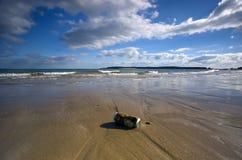 Latta di birra della spiaggia fotografie stock libere da diritti