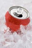 Latta di colore rosso della bibita analcolica Fizzy impostata in ghiaccio Fotografia Stock Libera da Diritti