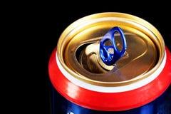 Latta di metallo, per le bevande, su un fondo nero Latta — contenitore sigillato per deposito a lungo termine di alimento in un a fotografia stock