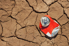 Latta di soda vuota su terreno asciutto Immagini Stock Libere da Diritti