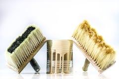 Latta e spazzole della pittura su un fondo bianco CA di riparazione e della pittura Fotografia Stock