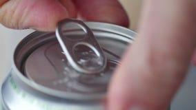 Latta non marcata d'apertura maschio di birra o della soda archivi video