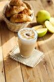 Latte και γαλλικός croissant Στοκ Εικόνα