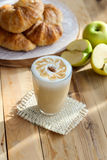 Latte και γαλλικός croissant Στοκ Εικόνες