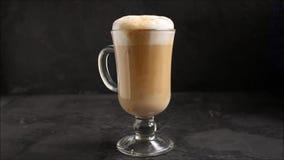 Latte в прозрачном капучино чашки, варочный процесс кофе десерта Верхняя предпосылка еды акции видеоматериалы