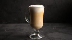 Latte в прозрачном капучино чашки, варочный процесс кофе десерта Верхняя предпосылка еды видеоматериал