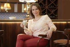Latte девушки выпивая Стоковые Фотографии RF