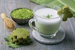 Latte и печенья зеленого чая Matcha Стоковые Фотографии RF