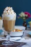 Latte карамельки с взбитой сливк Стоковые Изображения RF