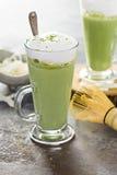 Latte кокоса Matcha в высокорослых стеклах Стоковое Фото