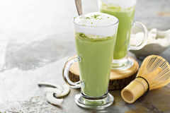 Latte кокоса Matcha в высокорослых стеклах Стоковое Изображение