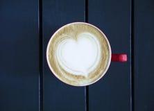 Latte, который служат с чашкой на таблице Стоковые Фото