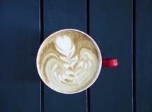 Latte, который служат с чашкой на таблице Стоковая Фотография