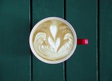 Latte, который служат с чашкой на таблице Стоковые Изображения