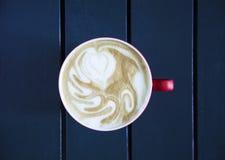 Latte, который служат с чашкой на таблице Стоковые Фотографии RF