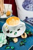 Latte кофейной чашки на голубой таблице Стоковые Фото